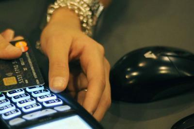 Italiani ancora lontani da addio al contante, dimenticando praticità pagamenti digitali