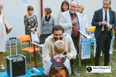 Mengoni con Beppe Sala consegna borracce ai bambini milanesi