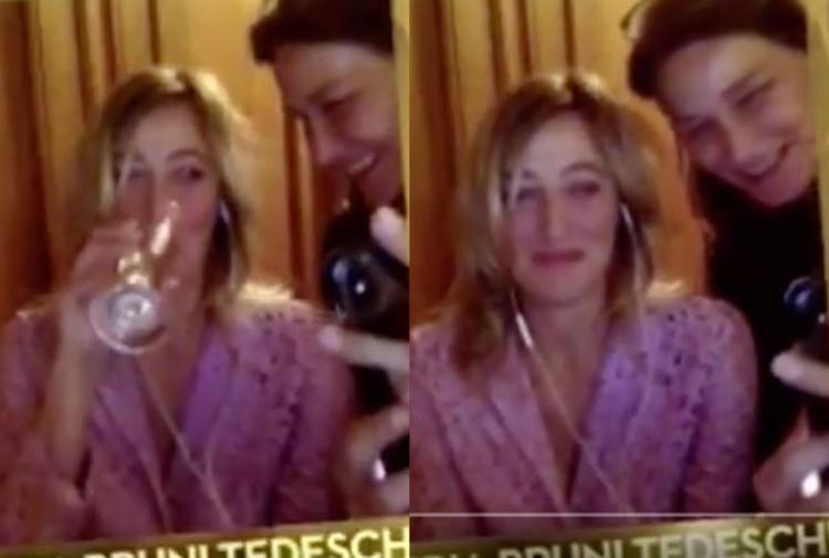 Valeria Bruni Tedeschi e Carla Bruni durante la premiazione dei David di Donatello in due screenshot.
