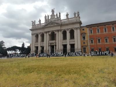 Lo spettacolo dal vivo scende in piazza. A Roma manifestazione sotto la pioggia