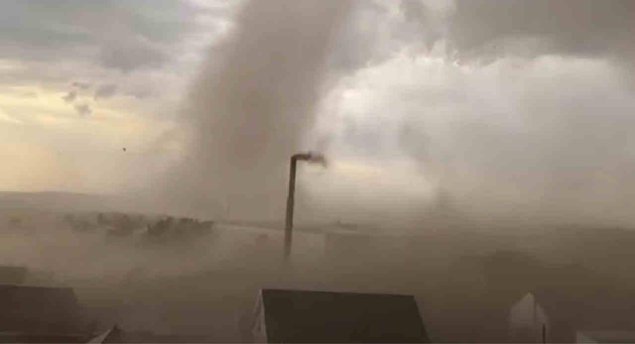 immagine 1 articolo enorme tornado in kazakistan volano i tetti video pauroso