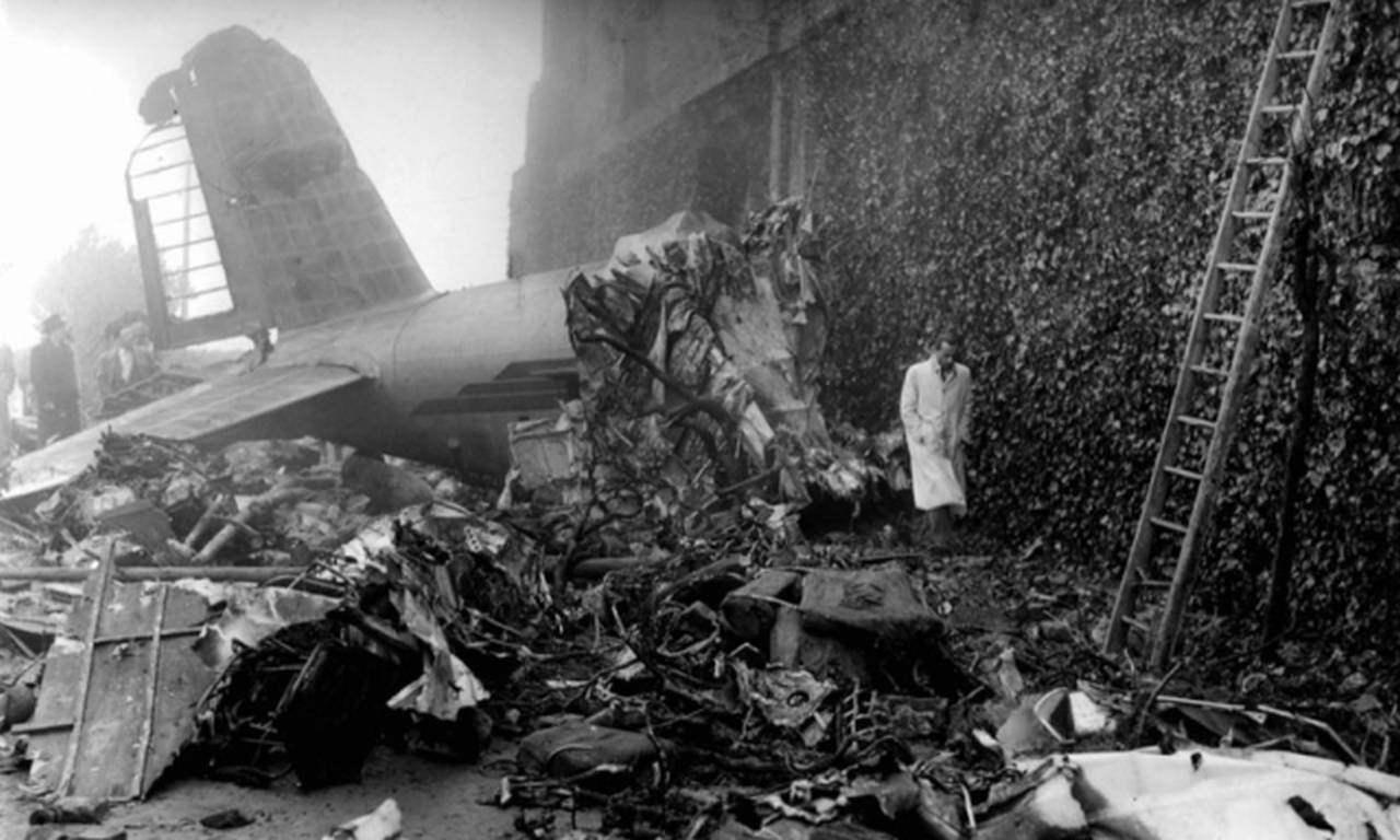 I resti dell'aereo schiantatosi sul muraglione della Basilica di Superga