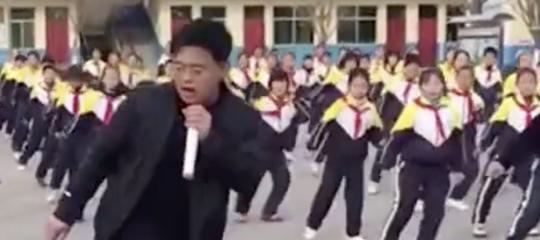Un maestro elementare è diventato una star in Cina per il suo ballo con i bambini