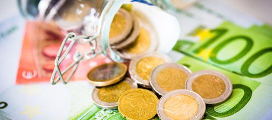 Gli italiani continuano a mettere soldi sotto al materasso