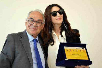 Monica Bellucci torna a casa e visita biblioteca Città di Castello